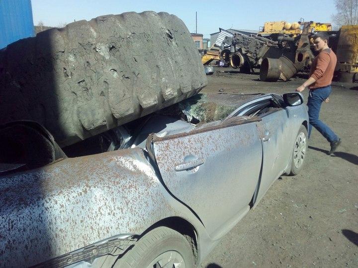 Взлетевшее колесо отБелАЗа раздавило легковую машину