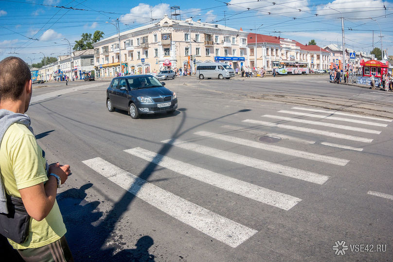 ВКемерове дорожники обновляют разметки на«зебрах» при помощи особого пластика