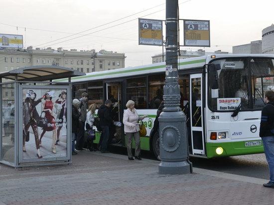 Дорожная дилемма: водитель автобуса высадил пассажиров на дымящийся асфальт